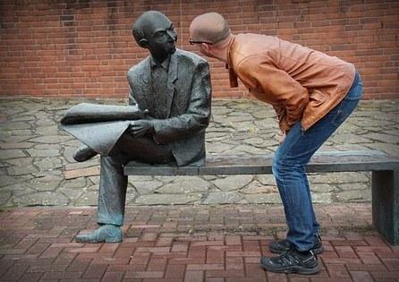 Samtale i øjenhøjde. Samtaleteknik er en vigtig del kommunikationstræning.